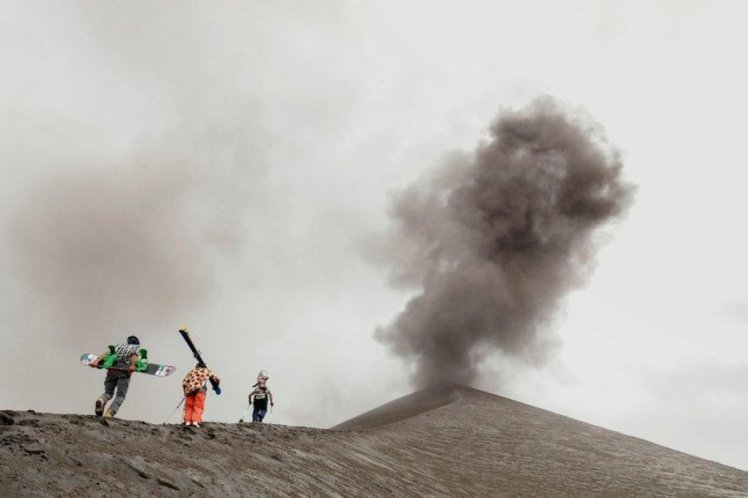 sam-smoothy-victor-de-le-rue-and-xavier-de-le-rue-climbing-a-volcano